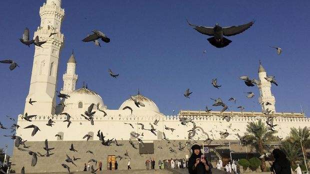 Sejumlah umat beraktivitas di sekitar Masjid Quba, Madinah. (ANTARA FOTO/Ismar Patrizki)