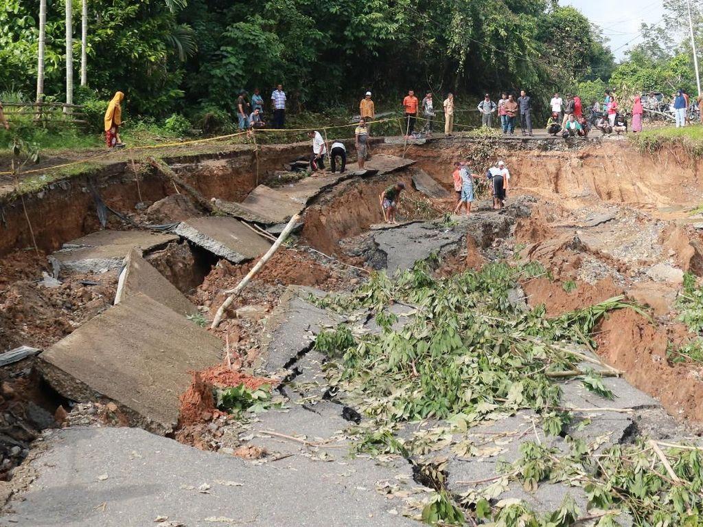 Curah Hujan Tinggi, Jalan di Nagari Kumanis Amblas