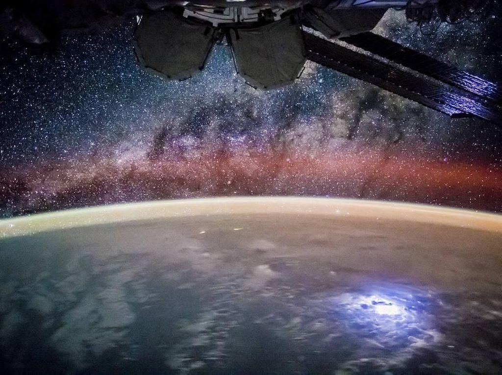 Foto Memukau Planet Bumi Dilihat dari Antariksa