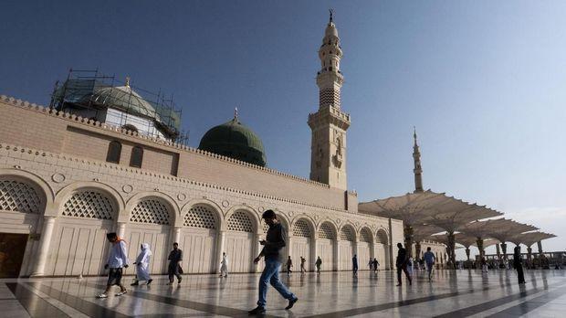 Umat beraktivitas di pelataran Masjid Nabawi, Madinah, Arab Saudi. (ANTARA FOTO/Ismar Patrizki)