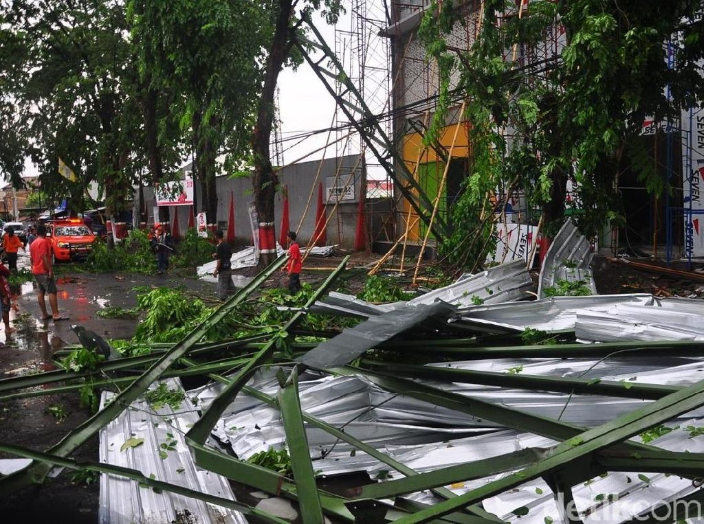 Diterjang Hujan dan Angin Kencang, Atap Stadion Wergu Kudus Ambruk