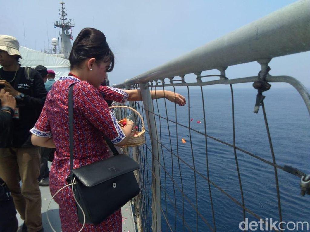 Keluarga Korban Doa Bersama di Lokasi Jatuhnya Lion Air PK-LQP