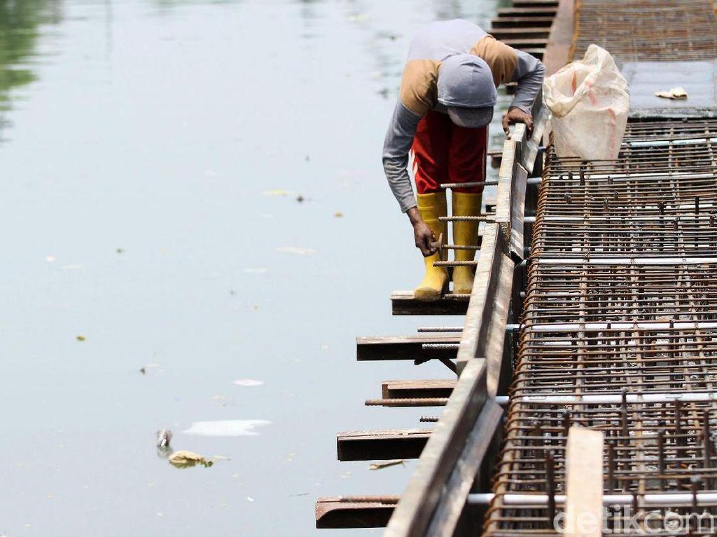 Pembangunan Turap Sungai Ciliwung Dikebut Siang Malam