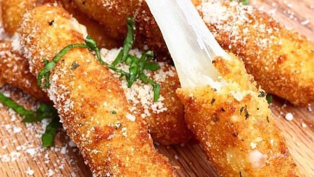 Kriuk Mulur 10 Stik Mozzarella yang Lembut dan Bikin Ngiler