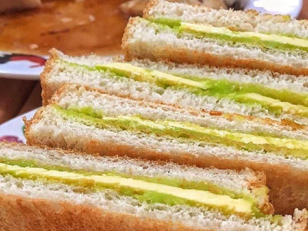 Enaknya Pagi Ini Sarapan Kaya Toast dan Kopi Hangat