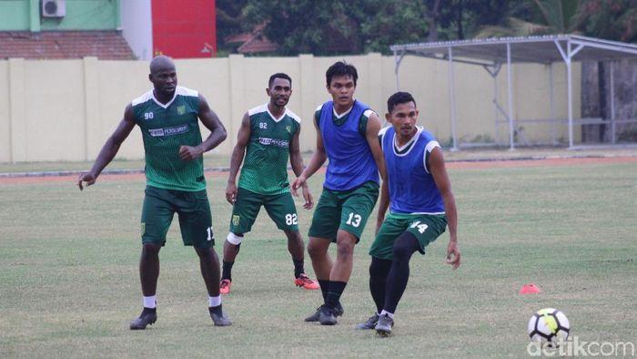 Persebaya Surabaya berlatih ringan di Stadion Jenggolo. (Suparno/detikSport)
