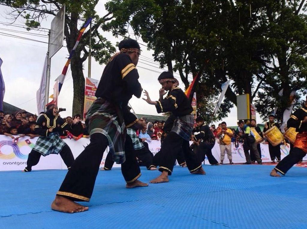 Etalase Budaya Sumbar di Tour de Singkarak: Silat dan Tari Piring