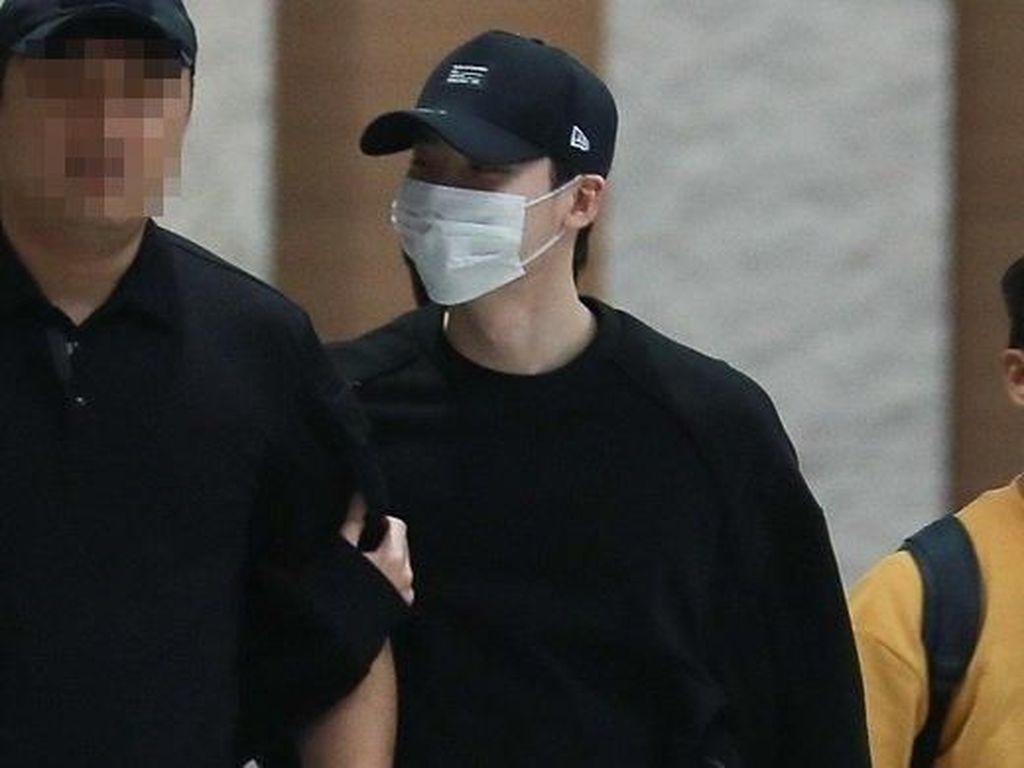Menangis, Fans Minta Maaf pada Lee Jong Suk di Bandara