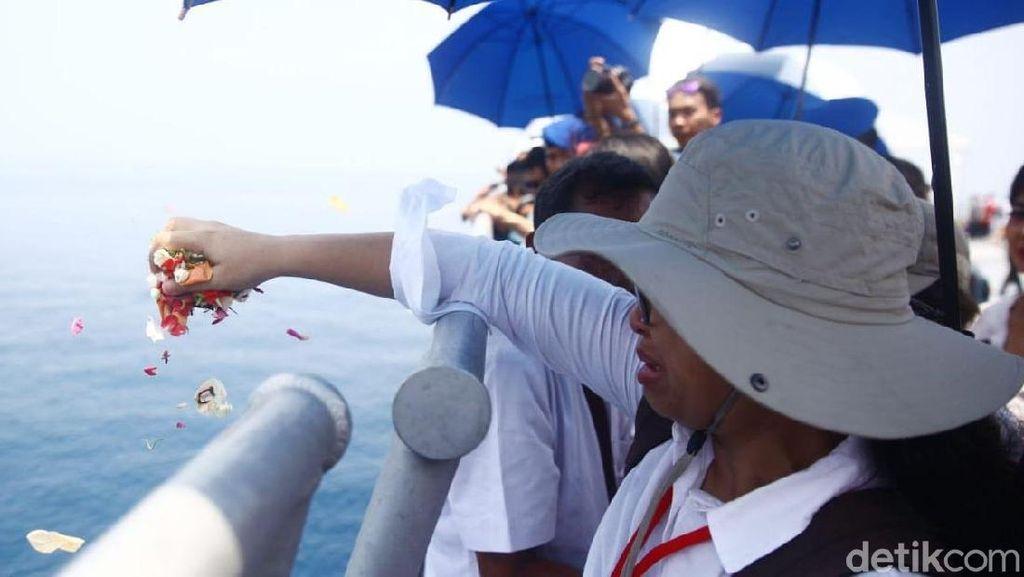 Air Mata Iringi Prosesi Tabur Bunga dan Doa Bersama Tragedi Lion Air