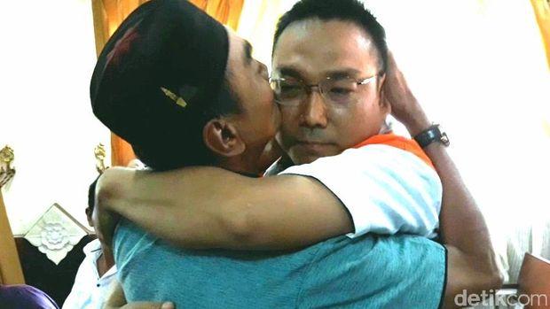 Momen Iwan Adranacus berpelukan dengan ayah korban.