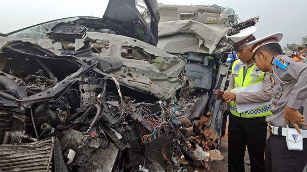 MPV Tabrak Ekor Truk di Tol SuMo, Lima Orang Tewas