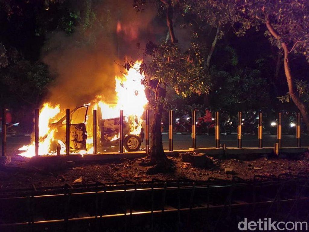 Diduga Tangki Bensin Bocor, Mobil Muat 2 Penumpang Ludes Terbakar