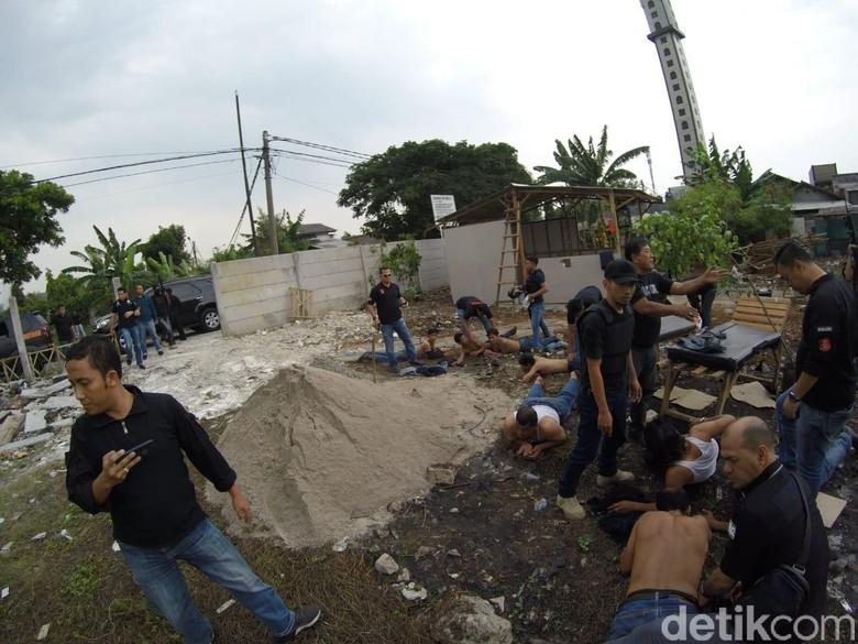 Foto: Polisi mengamankan preman yang menduduki tanah di Kalideres (dok. Istimewa).
