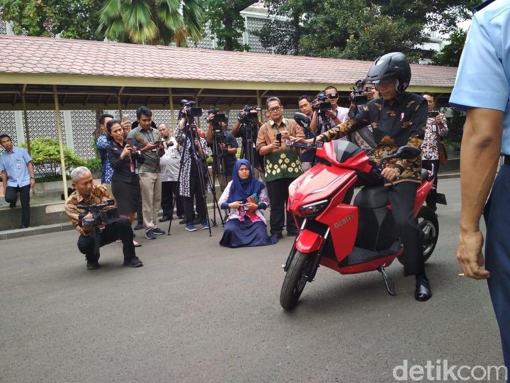 Jokowi: Saya akan Beli Motor Listrik Gesits 100 Unit, Serius!