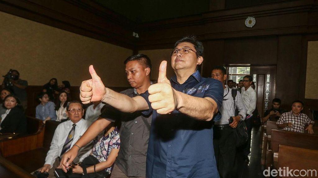 Pengacara Lucas Beri Jempol Sebelum Didakwa Jaksa KPK
