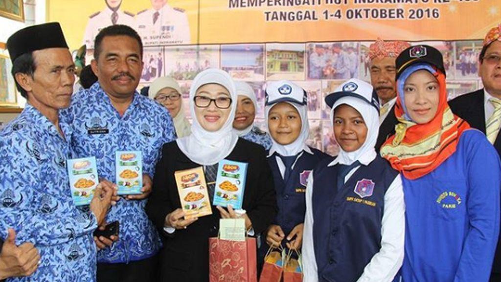 Bupati Indramayu Anna Sophanah dan Anak-anak dalam Satu Bingkai