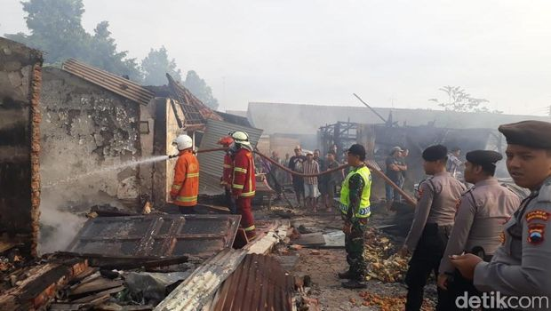 Petugas masih melakukan pendinginan di lokasi kebakaran.
