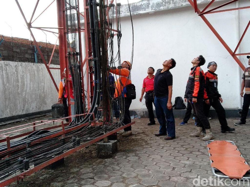 Bujuk Pria yang Nekat Panjat Tower di Malang, Ini yang Dilakukan Petugas
