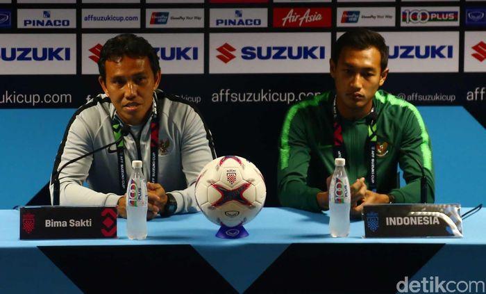 Pelatih Timnas Indonesia Bima Sakti Tukiman bersama pemain Hansamu Yama Pranata menyampaikan konferensi pers di National Stadium Singapore, Kamis (8/11).
