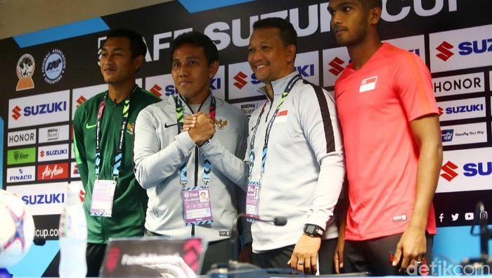 Bima Sakti dan Fandi Ahmad berpose bersama di sesi konferensi pers jelang laga Singapura vs Indonesia di Piala AFF 2018. (Foto: Pradita Utama/detikSport)