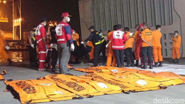Tim Basarnas membawa 8 kantong jenazah berisi body part korban Lion Air dan satu kantong berisi properti korban, Kamis (8/11/2018)
