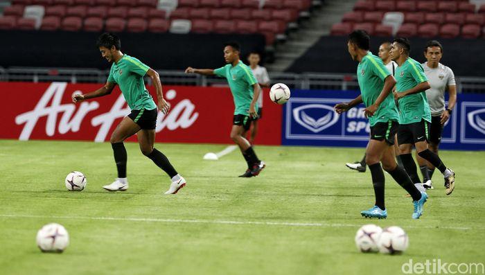 Sejumlah pemain Timnas Indonesia melakukan sesi latihan di Stadium National Singapore, Kamis (8/11).