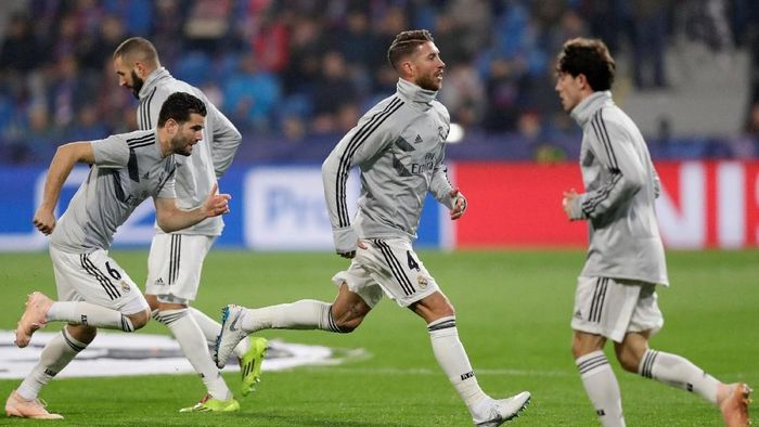 Real Madrid melakoni pemanasan jelang duel matchday 4 Liga Champions kontra Viktoria Plzen di Doosan Arena, Kamis (8/11/2018). (David W Cerny/REUTERS)