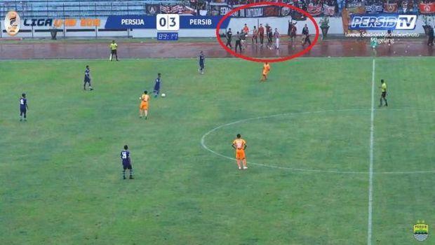 Persija vs Persib di Liga 1 U-19 Diwarnai Aksi Suporter Turun ke Lapangan