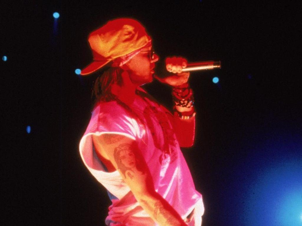 Gaya Liar Vokalis Guns N Roses, Suka Pamer Celana Dalam Saat Konser