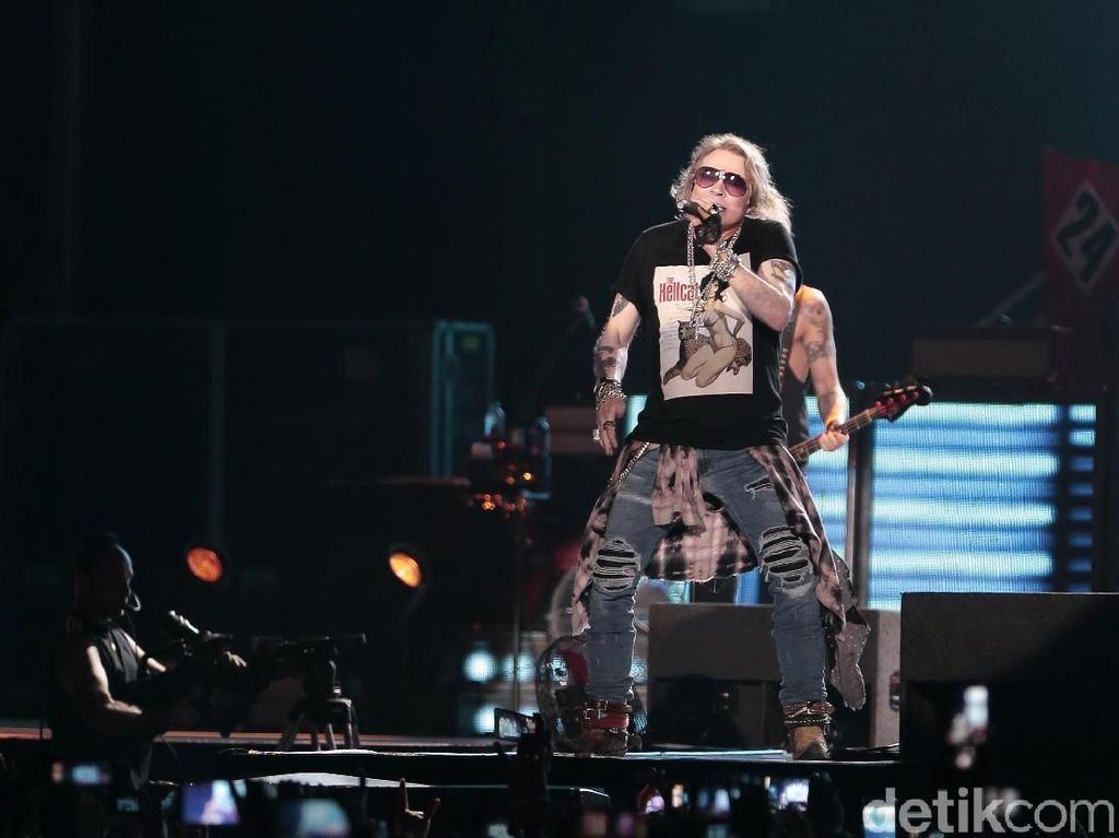 Pujian untuk Axl Rose yang Tuntaskan Konser Meski Napas Ngos-ngosan