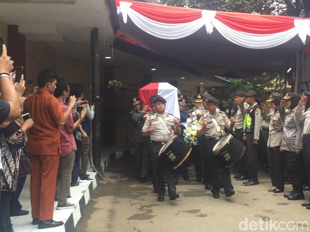 Video: Penghormatan Terakhir Polri untuk AKBP Sekar Korban Lion Air