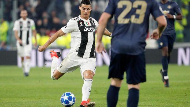 Cristiano Ronaldo mencoba melepaskan tembakan dari luar kotak penalti.