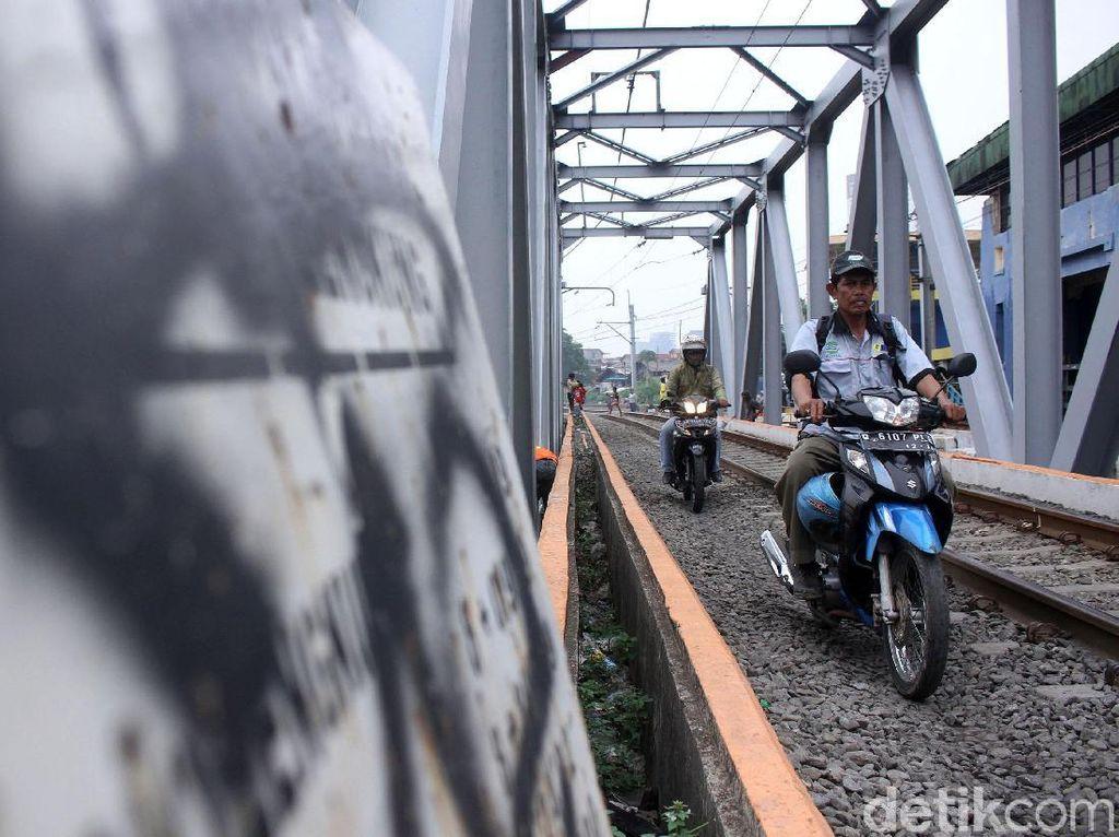 Makin Nekat! Pemotor Mulai Terobos Jalur Kereta