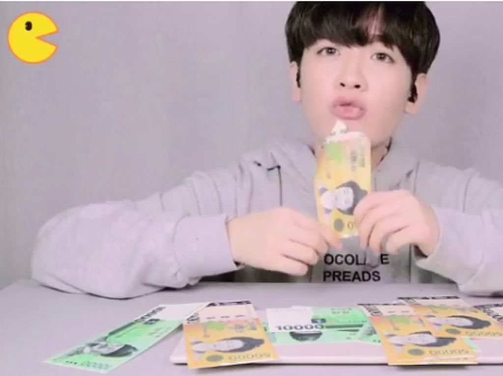 Viral! Vlogger Korea Ini Mukbang Makan Uang Kertas
