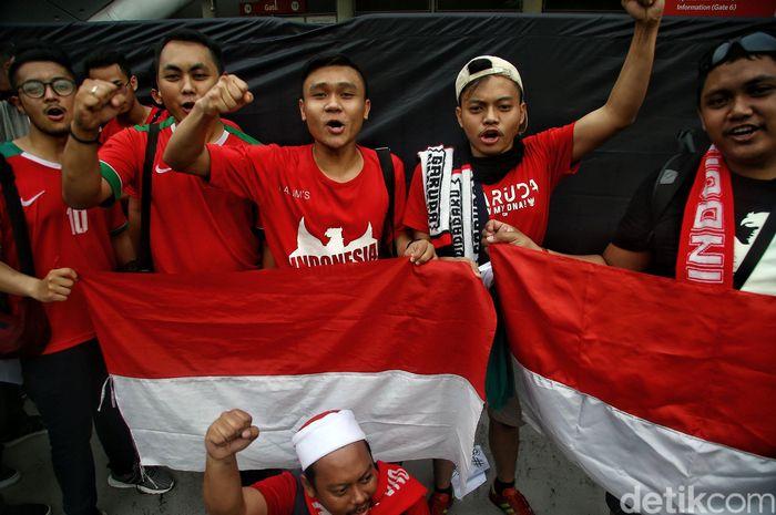 Suporter Timnas Indonesia sudah mulai berdatangan dan nampak antusias mendukung Timnas Garuda di National Stadium Singapore, Singapura, Jumat (9/11/2018).