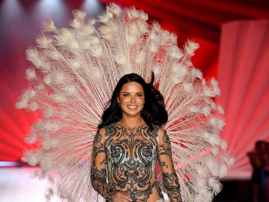 6 Model Tertua dan Paling Lama di Fashion Show Victorias Secret