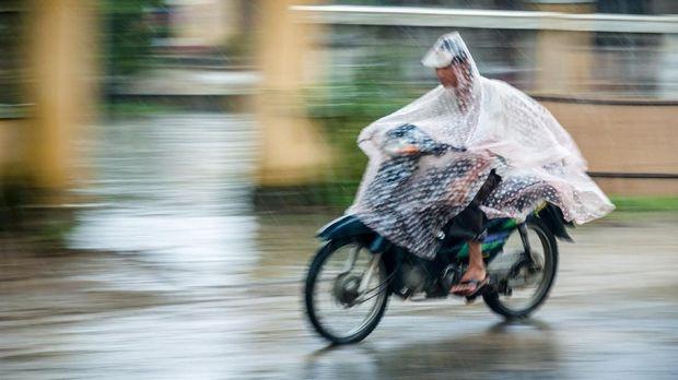 Ilustrasi Pengendara Memakai Jas Hujan