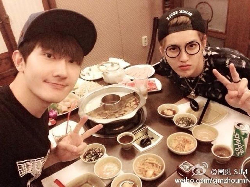 Makan Hotpot dan Es Krim, Begini Manisnya Pose Kulineran Kris Wu