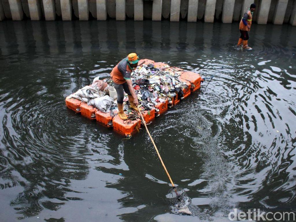 Antisipasi Banjir, Kali Cideng Terus Dibersihkan