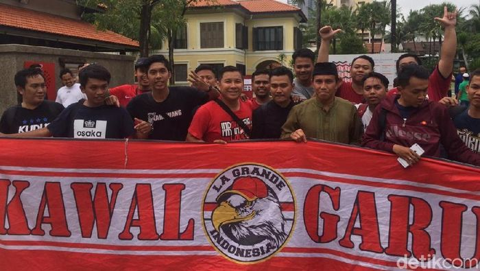 Bima Sakti bersama para pendukung timnas Indonesia. (Foto: Randy Prastya/detikcom)