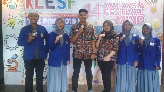 Tak Kalah Saing! 4 Santri Probolinggo Juara Lomba Sains di Malaysia