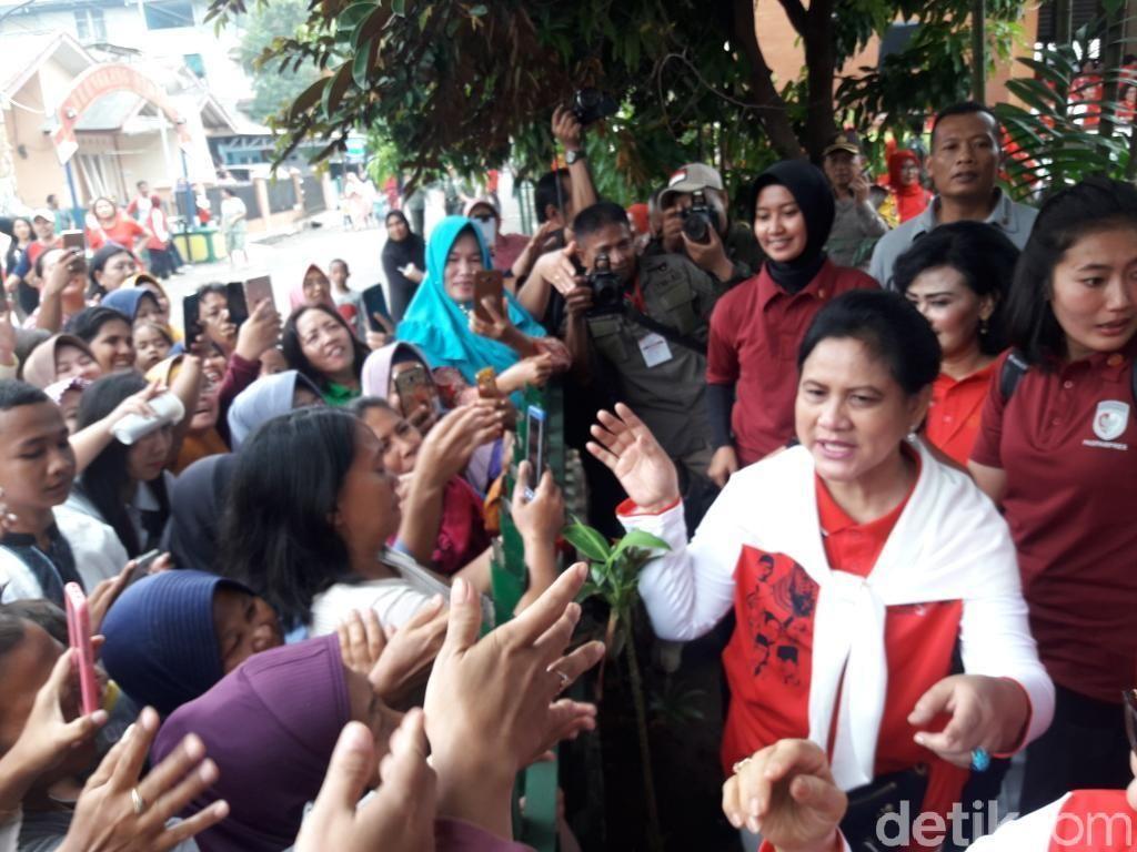 Iriana Jokowi Kunjungi Bekasi, Warga Dihadiahi Sepeda dan Kacamata