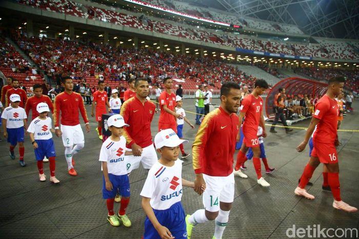 Para pemain timnas Indonesia dan Singapura memasuki National Stadium untuk menjalani laga pertama Grup B Piala AFF 2018.