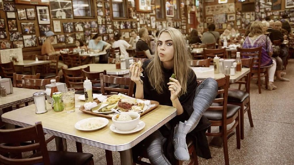 Supermodel Cara Delevingne Tak Pantang  Makan Fast Food dan Pizza