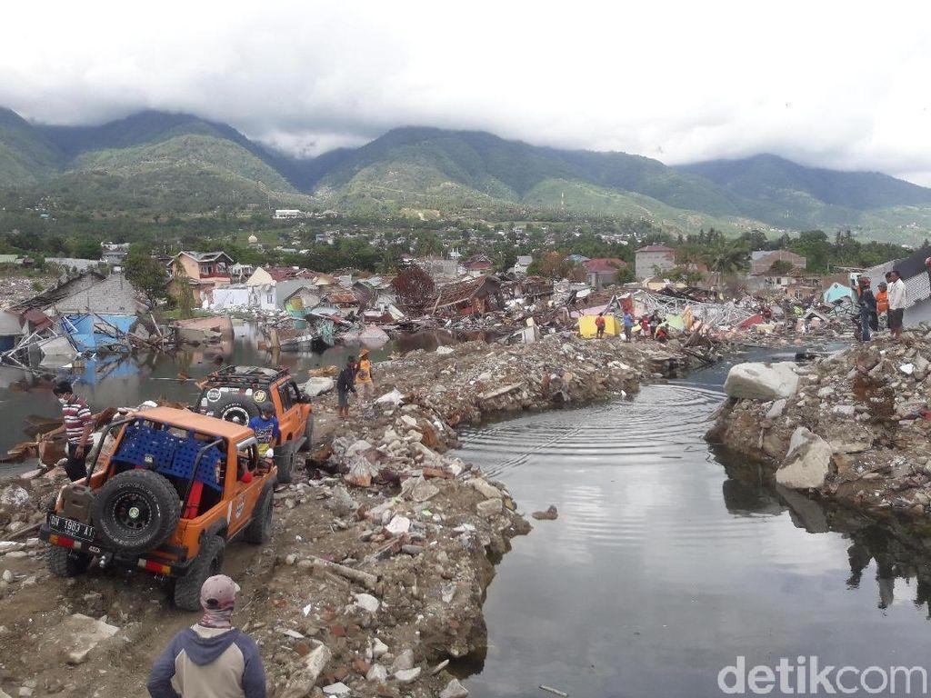 Off-roader Evakuasi Mobil Korban Likuifaksi di Balaroa Sulteng