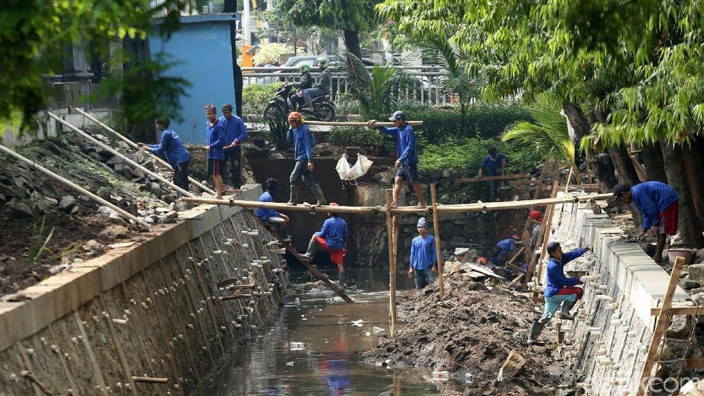 Antisipasi Banjir, Pengerjaan Turap di Kawasan Kalibata Dikebut