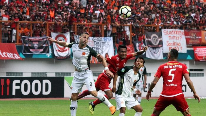 Di posisi ke-10 ada pertandingan antara Persija Jakarta vs PS Tira. Pertandingan yang berlangsung di Stadion Wibawa Mukti, Sabtu (10/11/2018), ini dihadiri 25.779 penonton. (Foto: Rifkianto Nugroho)
