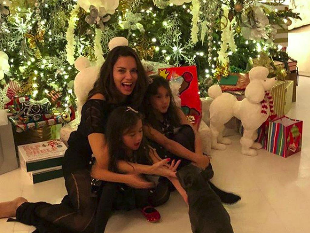 Momen Bahagia Adriana Lima, Model Victorias Secret Bareng Anak