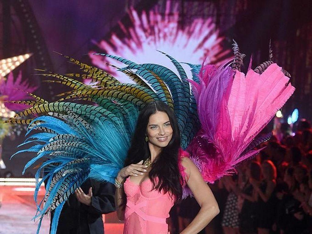 Perjalanan Karier Si Seksi Adriana Lima yang Pensiun dari Victorias Secret