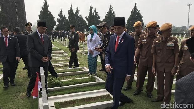 Ditemani Pejuang Veteran, Jokowi Tabur Bunga di TMP Bandung